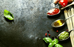 Sauce tomate, huile d'olive, pesto et pâtes Images libres de droits
