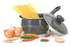 Saucepan com os ingredientes para a sopa de galinha imagens de stock