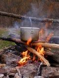Saucepan na fogueira Fotografia de Stock Royalty Free