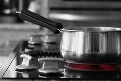 Saucepan no fogão - queimador quente Fotos de Stock Royalty Free