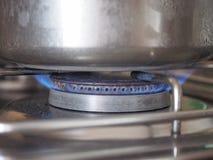 Saucepot no fogão Imagens de Stock