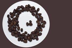 Saucer com grãos de café foto de stock royalty free