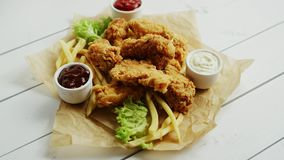 Sauces et ailes de poulet sur le parchemin clips vidéos