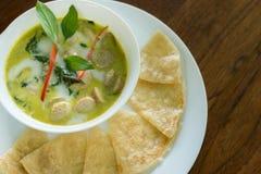 Saucisse allemande de cari vert thaïlandais avec le roti, plats thaïlandais de fusion Photos libres de droits