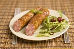 Saucisse avec de la salade images stock