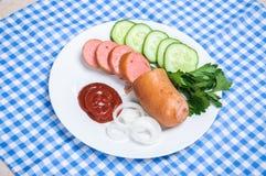 Saucisse bouillie et légumes découpés Images libres de droits