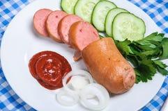 Saucisse bouillie et légumes découpés Photo libre de droits