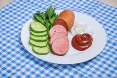 Saucisse bouillie et légumes découpés Image stock