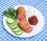 Saucisse bouillie et légumes découpés du plat Photographie stock libre de droits