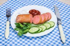 Saucisse bouillie et légumes découpés du plat Photo libre de droits
