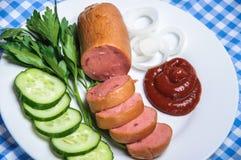Saucisse bouillie et légumes découpés du plat Images stock