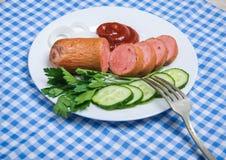 Saucisse bouillie et légumes découpés du plat Photos stock