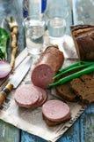 Saucisse coupée en tranches avec du pain de seigle, l'oignon et la vodka Photo libre de droits