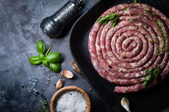 Saucisse crue pour le gril Photo stock