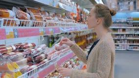 Saucisse de achat de femme au supermarché banque de vidéos