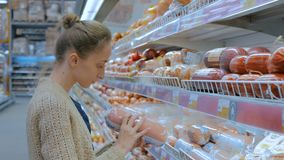 Saucisse de achat de femme au supermarché clips vidéos
