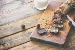 Saucisse de chocolat coupée en tranches Photo libre de droits