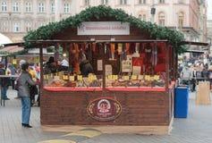 Saucisse de ventes de femme au marché de Noël chez Liberty Square Photos libres de droits