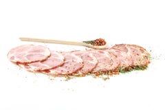 Saucisse et épices coupées en tranches Photographie stock