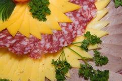 Saucisse et fromage coupés en tranches Photos stock