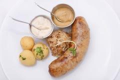 Saucisse faite maison avec les pommes vapeur de bébé et le chou frit photo libre de droits