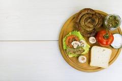 Saucisse faite maison et un sandwich avec la saucisse Image stock