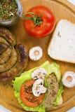 Saucisse faite maison et un sandwich avec la saucisse Photographie stock