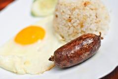 Saucisse frite d'ail avec l'oeuf et le riz Photographie stock libre de droits