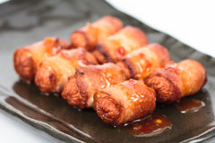 Saucisse frite roulée avec le lard image libre de droits