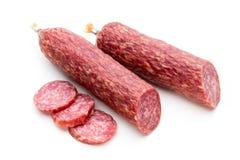 Saucisse fumée de salami, feuilles de basilic et grains de poivre d'isolement dessus photographie stock libre de droits