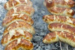 Saucisse grillée sur un gril de barbecue Image libre de droits