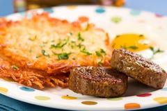 Saucisse, oeufs, et pommes de terre rissolées image libre de droits