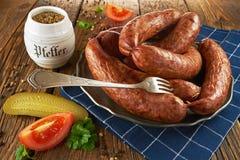 Saucisse polonaise traditionnelle d'un vieux plat, sur de vieux conseils en bois photos stock