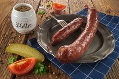 Saucisse polonaise traditionnelle d'un vieux plat, sur de vieux conseils en bois photos libres de droits