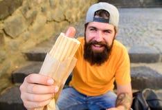 Saucisse savoureuse de hot-dog en petit pain roasty Appréciez votre concept de repas Concept urbain de culture de nourriture Le h images libres de droits