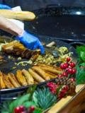 Saucisses étant faites cuire Image stock
