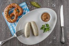 Saucisses bavaroises de veau avec le bretzel Photographie stock libre de droits