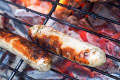 Saucisses bavaroises sur un gril Photographie stock
