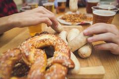 Saucisses blanches bouillies, servies avec de la bière et des bretzels Perfectionnez pour le fond en bois naturel d'Octoberfest images libres de droits