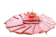 Saucisses coupées en tranches avec des tranches de tomate Images libres de droits