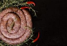 Saucisses crues de boeuf sur une casserole de fonte, foyer sélectif Photo libre de droits