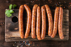 Saucisses crues pour le BBQ Photo libre de droits
