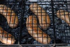 Saucisses délicieuses de viande grillées sur un fond en bois de plat photographie stock libre de droits