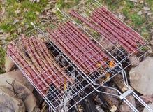 Saucisses dans le trellis photographie stock