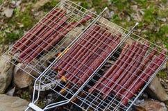Saucisses dans le trellis photos libres de droits