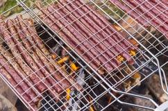 Saucisses dans le trellis image stock