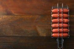Saucisses dans un gril de barbecue Photo stock