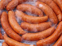 Saucisses de barbecue dans la fumée de gril Image libre de droits