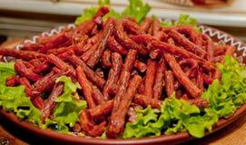 Saucisses de chasse avec de la salade d'un plat image stock