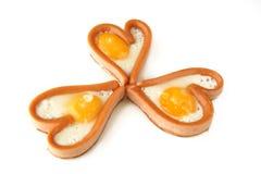 Saucisses de forme de coeur avec les oeufs sur le plat Image libre de droits